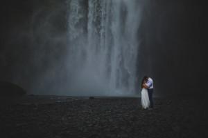 photoshoot-candian-couple-flying-iceland