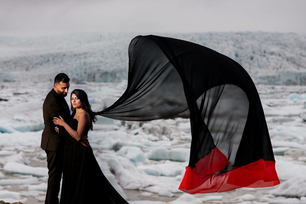 Couple photoshoot with Icebergs in Iceland