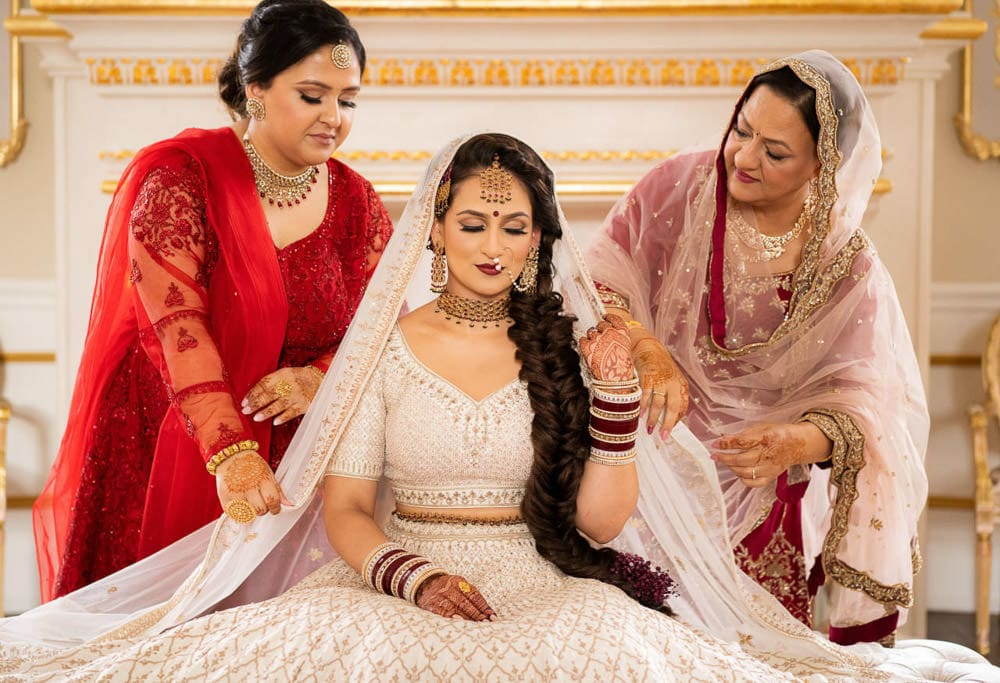 mother-daughter and sisters moments at wedding