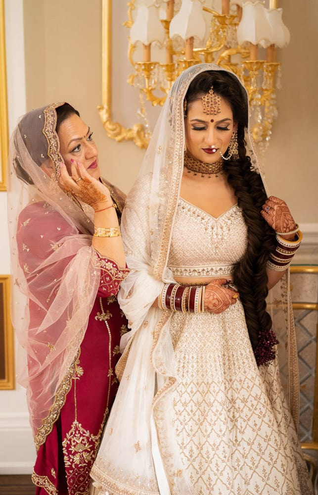 mother-daughter moment at wedding